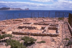 Vista del poblado fenicio de sa Caleta con el mar al fondo.