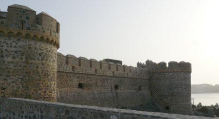 Vista de la imponente fachada principal del castillo y sus torreones.