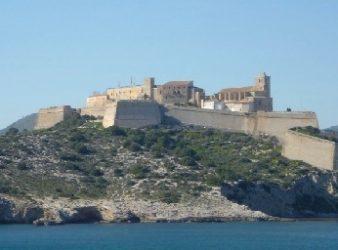 La ciudad de Ibiza en lo alto de la colina vista desde el mar