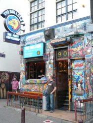 Un turista saliendo de uno de los famosos coffee shops en el barrio rojo