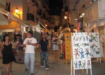 Por las noches podemos encontrar tiendas para realizar nuestras compras.