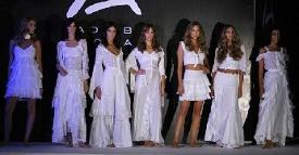 Modelos mostrando distintos vestidos de la moda Adlib