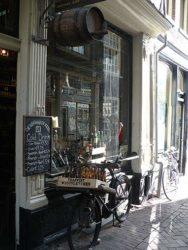 Curiosa y antigua tienda exclusiva de cervezas en el centro