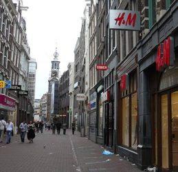 La concurrida comercial calle Kalverstraat repleta de tiendas para hacer compras en Ámsterdam