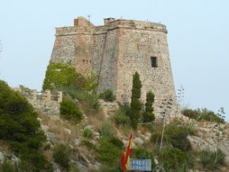 La atalaya que podemos descubrir junto a la playa del tesorillo.