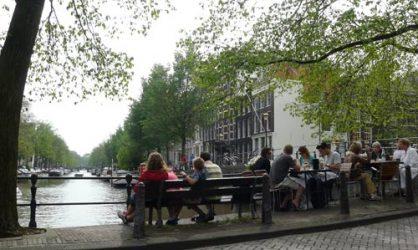 Un banco o una terraza son buenos lugares que descubrir en Ámsterdam