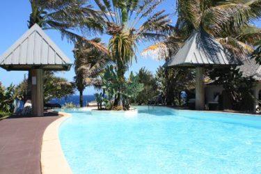 Podemos dormir en habitaciones distribuidas como bungalows alrededor de la apetecible piscina ubicada en un jardín exótico.