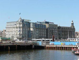 El gran Hotel Park Plaza Victoria Amsterdam frente a la Estación Central