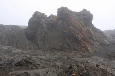 Su origen volcánico hace que su entorno sea singularmente llamativo
