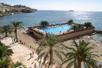 La playa de ses Figueretes con sus bonitas palmeras.