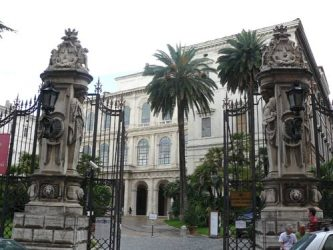 Bonita entrada a la Galería de Arte Antiguo