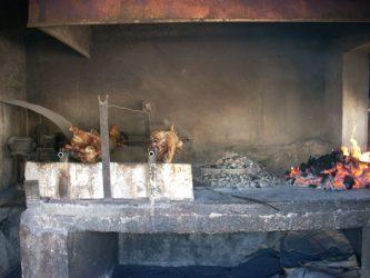 Qué comer en Dubrovnik, por ejemplo un Cordero típico en horno de cobertera.