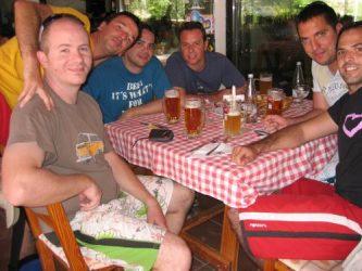 Un grupo de amigos preparándose a disfrutar de la gastronomía ibicenca.