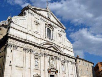 La gran fachada de la Iglesia del Gesú en Roma.