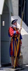 Un guardia suizo con el uniforme tradicional y su alabarda