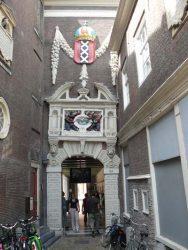 El escudo de armas de Ámsterdam justo encima de un arco de acceso al museo