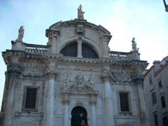 La bella e imponente fachada de la Iglesia de San Blas.