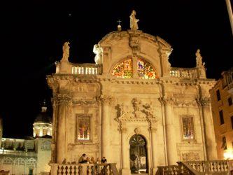 Bella estampa nocturna con las vidrieras iluminadas de la iglesia de San Blas de Dubrovnik.