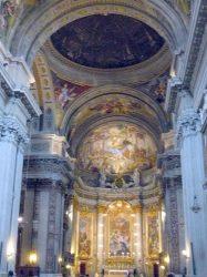 El bello interior con su gran cúpula, esta decorado con frescos