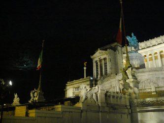 Parte del monumento visto de noche