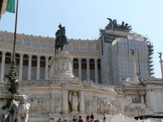 En el centro esta la estatua ecuestre de Víctor Manuel II