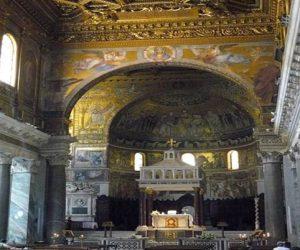 Interior de Santa María in Trastevere con sus bellos mosaicos