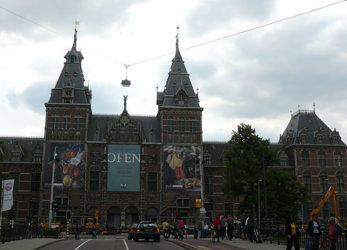 Por delante del impresionante Rijksmuseum se pasa en dos ocasiones