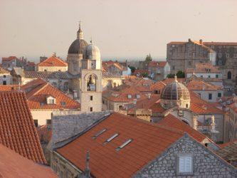 Vista de la cúpula de la Iglesia de San Blas y de la Torre del Reloj