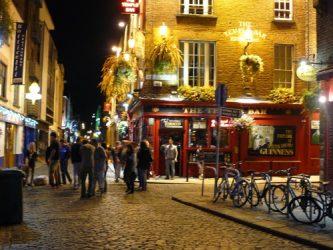 El famoso barrio de Temple Bar y su marcha nocturna son otro de los alicientes de visitar Dublín