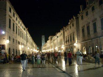 La ciudad de Dubrovnik esta animada por la noche