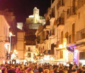 La noche en Ibiza es famosa en todo el mundo, y en ella disfrutamos a tope de su encanto, magia y diversión.