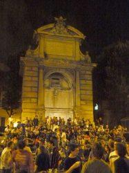 Los jóvenes abarrotan las plazas en verano, como esta de Trastevere