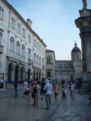 Fachada del palacio y al fondo la Catedral de Dubrovnik.