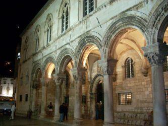 El palacio del Rector de Dubrovnik visto por la noche.