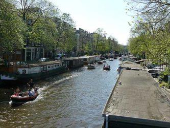 Muchas pequeñas embarcaciones navegando en un domingo soleado