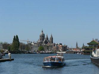 El paseo en barco por Ámsterdam junto al NEMO en pleno puerto