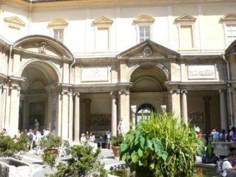 Uno de los múltiples patios que encontramos en el Vaticano