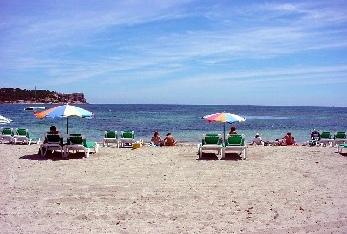 Postal de parte de la playa de Talamanca en Ibiza.