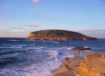 Una de las muchas playas de Ibiza donde disfrutar del sol y de un buen baño.