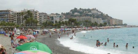 La larga playa de piedras Puerta del Mar de Almuñecar.