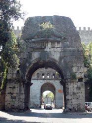 El Arco de Druso es la contrapuerta interna y da a la ciudad