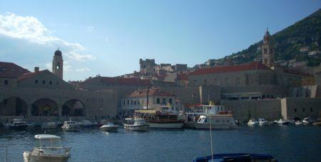 Vista de los soportales del puerto viejo  y al fondo la torre Minceta