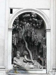 Una de las llamativas cuatro fuentes de la plaza