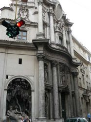 Una de las esquinas de la plaza con una iglesia al lado