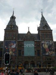 Imponente y bello el edificio que acoge el Rijksmuseum