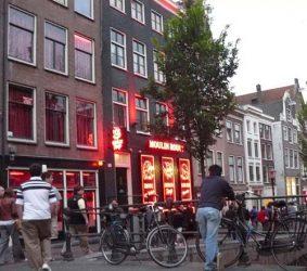 En el barrio rojo hay cantidad de clubes nocturnos con shows sexuales en directo