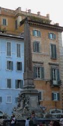 El majestuoso Panteón justo al lado de la piazza de la Rotonda