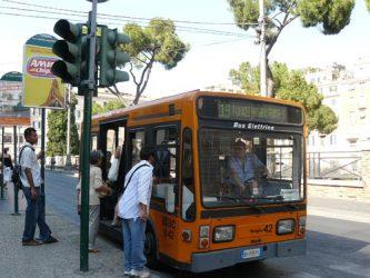 Curioso pequeño autobús eléctrico