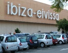 aeropuerto de Ibiza, que se encuentra a algo más de 7 kilómetros de la ciudad.