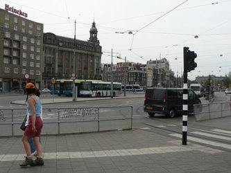 Unos autobuses de Ámsterdam situados frente a la Estación Central.